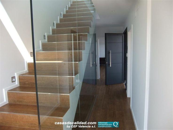 Imagen de la escalera de acceso a planta 1ª con cristal de separación a modo de barandilla. Puedes ver más fotos como esta en nuestra GALERÍA MULTIMEDIA: www.cefvalencia.es