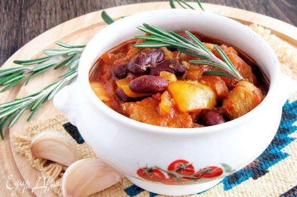 Чили из красной фасоли с индейкой. Вкуснейшее блюдо для любителей острого. Просто, сытно и аппетитно! Вместо индейки можно взять свинину или телятину. Подавайте чили к столу горячим, чтобы уловить все ароматы пряных специй. #готовимдома #едимдома #кулинария #домашняяеда #чили #красная #фасоль #индейка #вкусно #сытно #острое