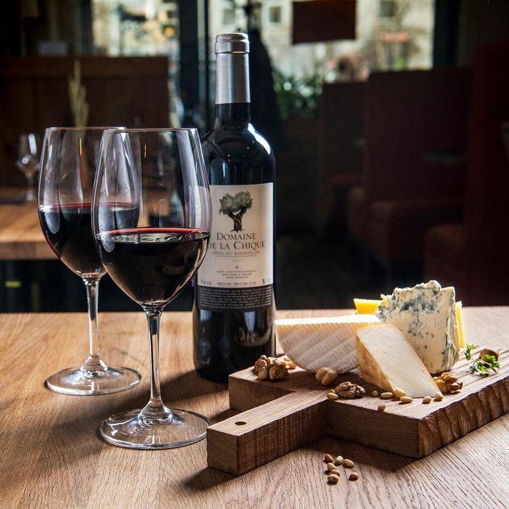 Ждем сегодня всех на пятничный ужин с вином и веселыми разговорами. Закажите столик и приходите! С наступающими выходными! Ваши винные бары #Brix