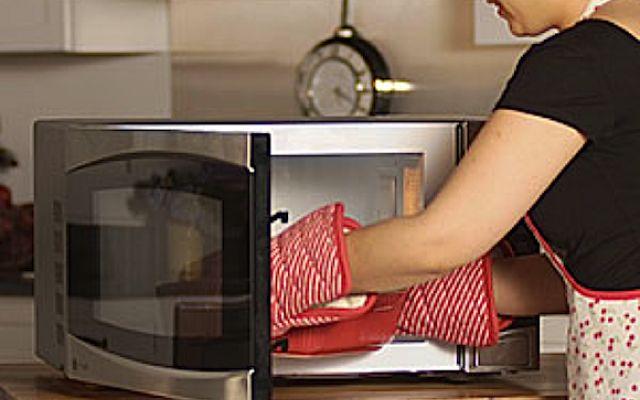 Attenti al microonde: non scaldateci questi alimenti Uno di questi alimenti che non andrebbe introdotto nel forno a microonde è il pollo. Le carni bianch forno a micronde alimenti