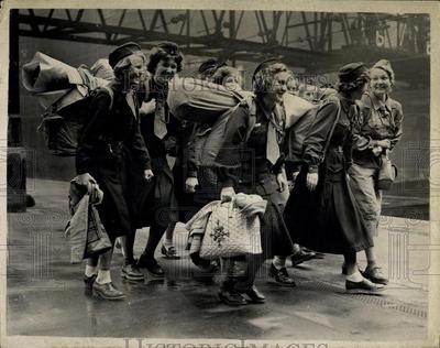 1952 Press Photo Norwegian Girl Guides Arriving In London International Camp | eBay