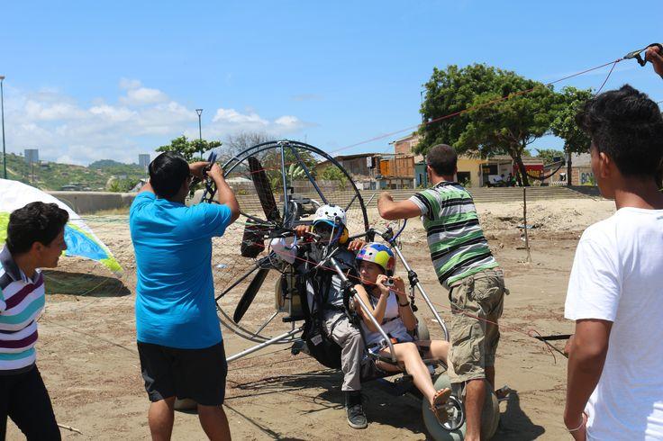Vuelo en parapente a motor, con una elevación más alta y un recorrido más extenso por el pueblo sea cerca de Montañita o en Puerto López Parque Nacional Machalilla. #ParapenteAMotorMontañita # ParapenteAMotorPuertoLopez