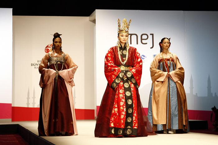 Unified Silla(AD668-935) Dynasty's colorful court costumes were showcased with the symbolic golden accessories. #hanbok