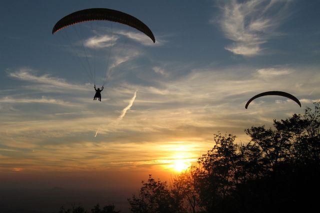 Photo : Parapente au coucher de soleil,  Paysages, Ciel, Canada, Couchers de soleil, Sports, Parachutisme, Saint paul d'abbotsford. Toutes les photos de David Rouault sur L'Internaute