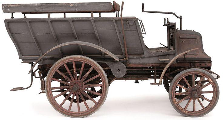 Al ziet hij er wat primitief uit, deze Engelse Daimler uit 1897 is tot 1924 regelmatig gebruikt.