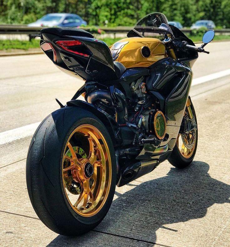 圖像裡可能有摩托車和戶外 Ducati performance, Super bikes, Ducati