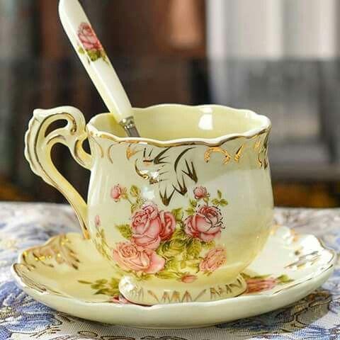 Šálek na čaj * porcelán smetanové barvy s ručně malovanými růžemi, zdobený zlatem.