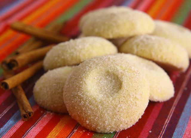 1) Misture o açúcar refinado UNIÃO com a farinha de trigo e a manteiga até obter uma massa macia. 2) Modele bolinhas e coloque em um assadeira untada com manteiga e polvilhada com farinha de trigo. 3) Com a ponta do dedo, pressione o centro de cada biscoito como uma pequena covinha. 4) Asse no forno preaquecido sem deixar corar. 5) Passe-os pelo açúcar refinado UNIÃO misturado com a canela em pó.