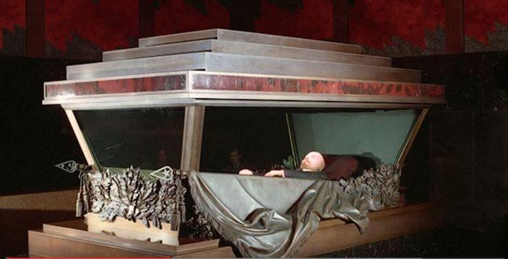 Lenin zijn mausoleum is op het rode plein in Moskou. het mausoleum is een simpel ontwerp vervaardigd uit donkerrood graniet en zwart labradoriet. Deze kleuren staan symbool voor het verdriet van het volk en de kracht van Lenins eeuwige wijsheid.