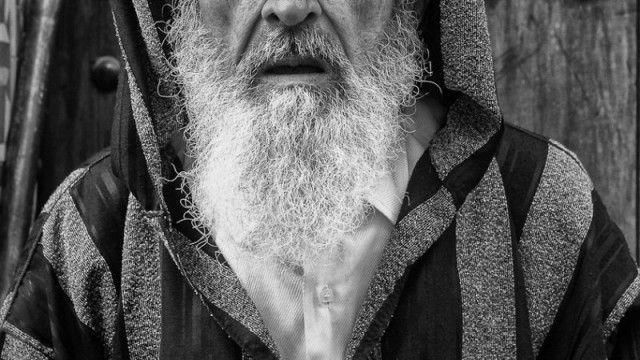 Woensdag 29 december gaat voor meneer Yousfi uit Amsterdam zijn geheugen in als een nachtmerrie die hij nooit zal vergeten. De 76-jarige Marokkaanse Nederlander was onderweg naar zijn huisarts toen hij onderweg hardhandig werd gearresteerd.