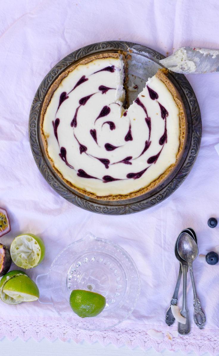 Paistettu valkosuklaa-mustaherukkajuustokakku // White Cocolate & Blackcurrant Cheesecake Food & Style Annamaria Niemelä, Lunni leipoo Photo Annamaria Niemelä www.maku.fi