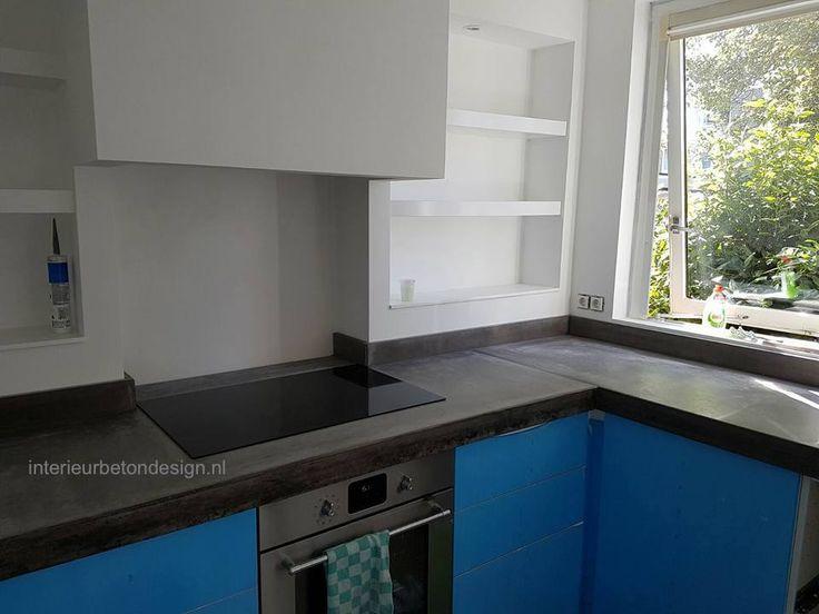 Mooi donker betonnen aanrechtblad op een blauwe keuken