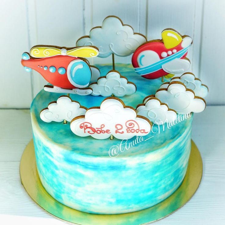 """Воздушный десант на большом торте  Делаю #торт малышу Вове уже второй день рождение! Первый был """"Парад планет"""" год назад  В этом году облака и вертолеты! За пряники большое спасибо Юле @duncanstore Внутри абсолютная классика! #детскийторт #тортик #москва #cake #cakes #mоumopmы Так же Хочу обратится ко всем у кого есть свободная минута и желание помочь  Это не относится к торту. на странице @lapa_natalia  вы можете прочитать, какая беда коснулась ещё совсем маленького кроху, не возмож..."""