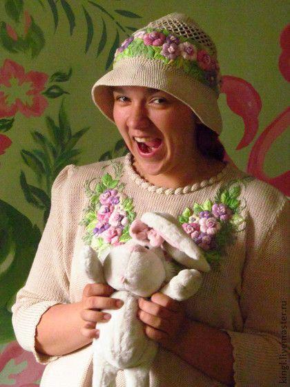 Блуза бежевая с ручной вышивкой `Яблоневый цвет``. Бежевая женская кофточка связана из 100 хлопка на вязальной машине и украшена ручной вышивкой . Прекрасно подойдет для прохладного летнего дня для стройных девушек и для девушек с прекрасными формами !!!!