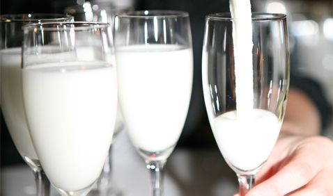 Mijn volgende tip is de Sgroppino, een cocktail van citroenijs, wodka en prosecco. De vijf meest heerlijke Italiaanse & zomerse cocktails, mét recepten! De Aperol Spritz, Martini Royale, Hugo, Mimosa en de Sgroppino. http://www.italieuitgelicht.nl/vijf-zomerse-cocktails/
