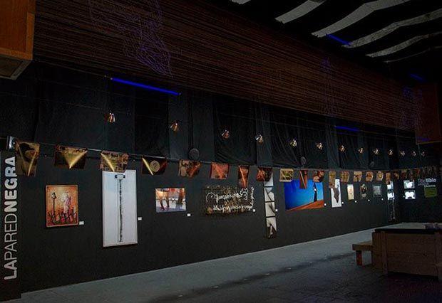 La Fábrica de Arte Cubano es un espacio multidisciplinario y participativo vivo, abierto de jueves a domingo desde las 6 de la tarde hasta las 2 de la mañana y en el que siempre está sucediendo algo: conciertos, representaciones, exposiciones o coloquios.