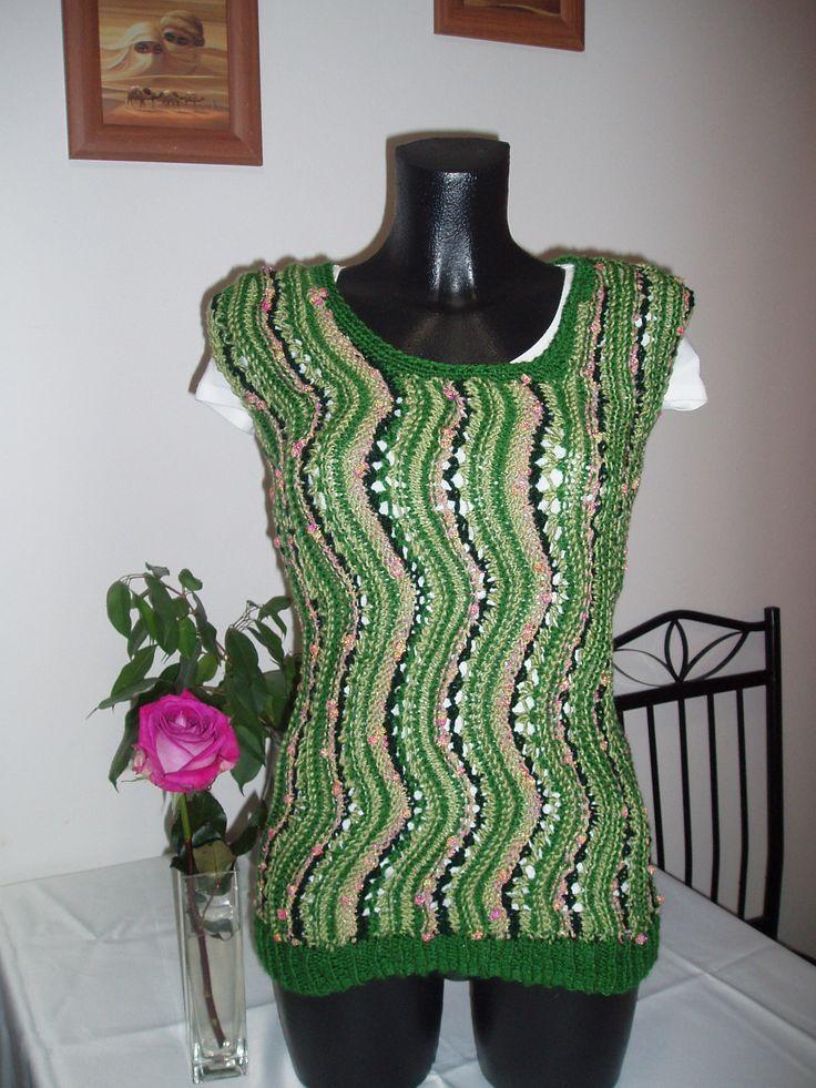luxusní vesta originální vesta z luxusního materiálu 100% akryl, zelené odstíny + béžová s růžovo- zelenými nopky vel.36-40 velmi pružná ,hřejivý materiál pletená vlnkami -asymetrický výstřih prát na max. 30,lehce vyždímat,sušit volně rozložené SLEVA!!!