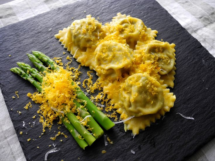 https://flic.kr/p/xdRZXh | Ravioli caseiro de cogumelos e queijo de cabra com mini aspargos e gema de ovo curada no sal por 2 semanas ralada por cima no lugar do queijo ralado | Homemade Mushroom ravioli with goat cheese, mini asparagus and cured egg yolk in salt for 2 weeks grated on top instead of the grated cheese
