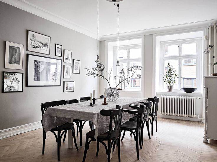 Ihr braucht Ideen zur Esszimmer Wandgestaltung? Dann schaut her! Hängt einfach große, schwarze Bilderrahmen versetzt voneinander  an die Hinterwand eures Esstisches und befüllt sie mit schwarz-weißen Bildern, um ein klassisches Ambiente zu schaffen.