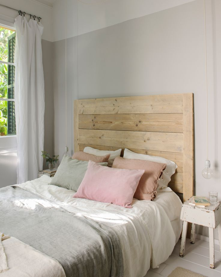 Dormitorio half painted en blanco y gris. Cabecero de madera natural. Ropa de cama en grises, blancos y rosas. Mesita blanca. Lámparas colgantes 00451233 O