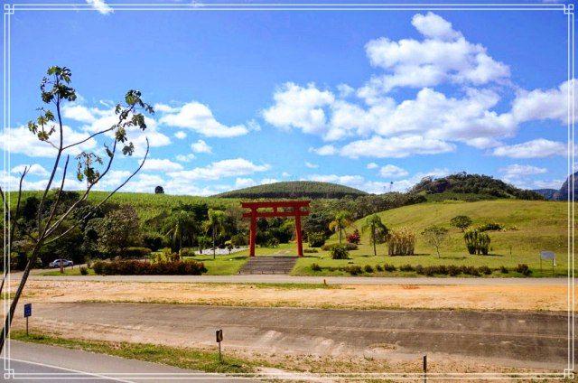 Portal Torii e jardim no Mosteiro Zen Budista