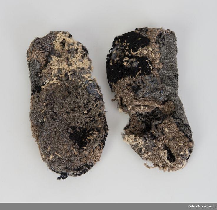 Sockor, Bohuslän ,Uddevalla,  Herrestad,  Hasselberget,  Göteborgs och Bohus län, Sverige. Skaftlös, ursprungligen grå socka som lappats med avklippta bitar av bruna och svarta sockor. Mycket stoppade. En socka har stort hål under.