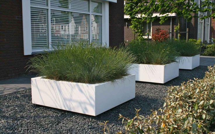 Plantenbakken. Van Veen Tuinontwerpen plantenbak Atelier Vierkant Polyester witte strak Cor-Ten staal tuinontwerp hovenier tuinaanleg
