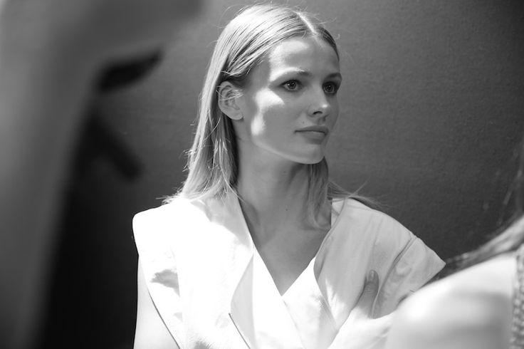 Edita Vilkeviciute en backstage http://www.vogue.fr/mode/inspirations/diaporama/fwpe2015-les-coulisses-de-la-fashion-week-de-paris-printemps-ete-2015-jour-4/20525/image/1091707#!edita-vilkeviciute-en-backstage