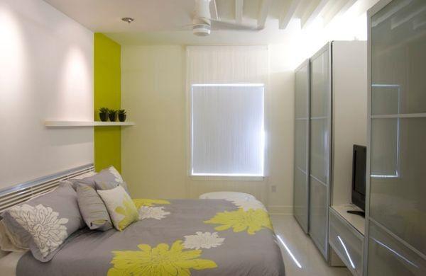 kleine schlafzimmer kreativ gestalten graue bettdecke florale muster und neongrüne akzente