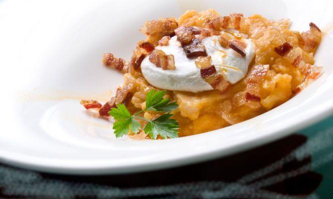 Receta de Patatas revolconas con huevos escalfados