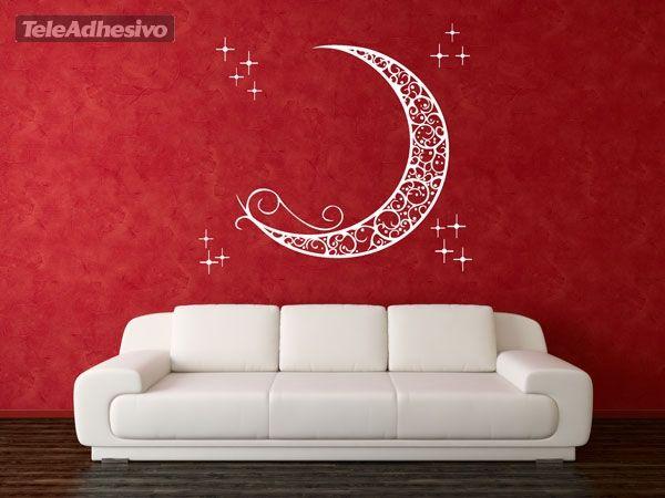 Vinilo ornamental que representa una vista de la luna en fase creciente junto a unas estrellas. La luna, símbolo de lo femenino, de la muerte, del misterio, el renacimiento y la melancolía. La religión islámica la relaciona directamente con el profeta Mahoma. Despierta seres nocturnos y criaturas fantásticas.