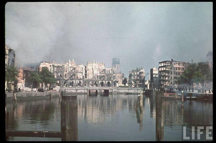 Kleurenfoto´s van een nog brandend Rotterdam. Vervreemdend. Op het voorbeeld de Oude Haven met achter de Laurenskerk.