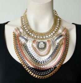 Een prachtige opvallende statement halsketting met verschillende metaal kleuren met stras stenen. € 54,95