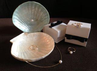 フェルメールの絵画「真珠の耳飾りの少女」のように、 暗い所でも柔らかく浮かび上がる真珠の光は とても上品で美しいです。