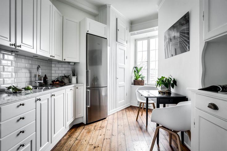 Kök i elegant och modern design, med gott om förvaringsutrymme samt arbetsbänk i carrara marmor. Köket är utrustat med gashäll, varmluftsugn, diskmaskin samt kyl/frys | Ballingslöv
