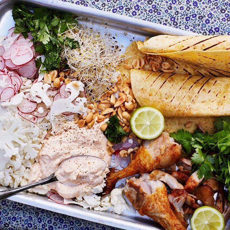 Bjud hem vännerna och låt var och en röra ihop asiatisk slaw med blomkål 👌🏼😌 #arlaköket #arla #kyckling #teriyaki #asianfood #lime #groddar #recept #asiatiskt