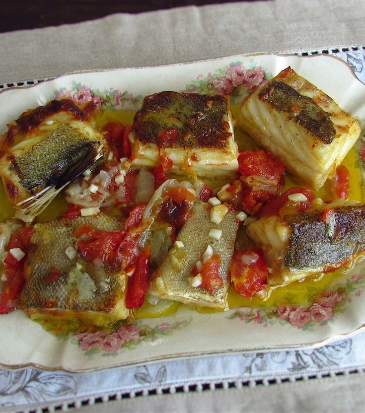 Simple cod in the oven | Food From Portugal. The cod in the oven is one of the most appreciated traditional Portuguese recipes. Try this simple cod recipe in the oven and prepare a traditional lunch with family! #cod #recipes #oven