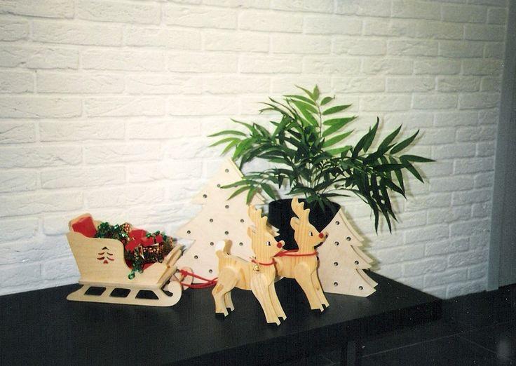 Kerstbomen en arrenslede met rendieren