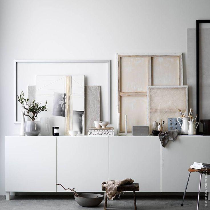 Bara kreativiteten sätter gränser om du gör din egen konst! Med målarduk, handgjort papper, tråd och färg har vi skapat tavlor med ett skirt och stillsamt uttryck. Konsten vilar på stilrena #BESTÅ där det finns gott om plats. BESTÅ förvaringsskåp med 2 dörrar 1200 kr/st, BJÖRKSTA ram i aluminiumfärg eller svart, 250 kr respektive 300 kr/st.