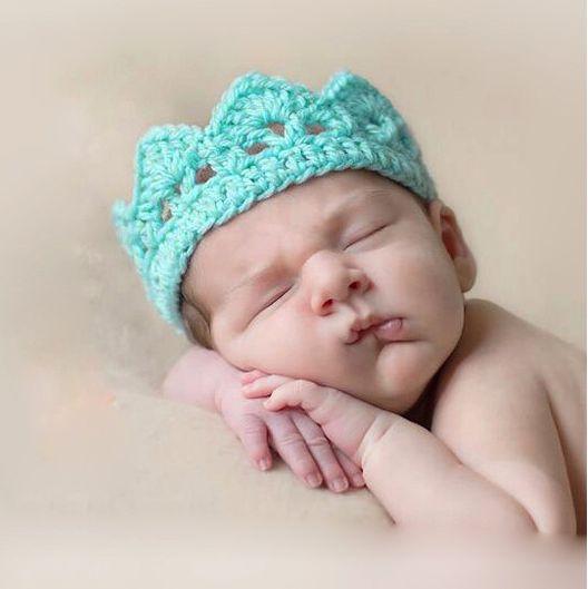 Heklet Krone til nyfødt baby i blått for Fotografering One Size men den er tøyelig. og passer til nyfødt baby omkrets: 29-34 cm (men tøyelig) Håndheklet i lyseblått blandingsgarn. På...