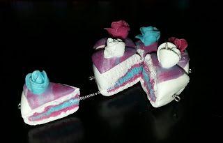 Pingentes de fatia de bolo feitos em biscuit.