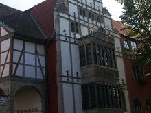 Rathaus Nienburg – Das Nienburger Rathaus ist ein wohl 1533 errichteter Fachwerkbau. 1582-89 wurde der Fassade an der Langen Straße ein siebenachsiger Treppengiebel aus Backstein vorgesetzt. Die einzelnen Staffeln tragen welsche Giebel mit Palmettenfüllung und Kugelbesatz; die Wandfläche ist durch Sandsteinlisenen und horizontale Gesimse gegliedert.