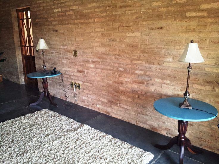Comprei os pés de uma mesa antiga numa loja de móveis usados e mandei fazer um tampo turquesa. Não ficaram lindas minhas mesinhas de canto?