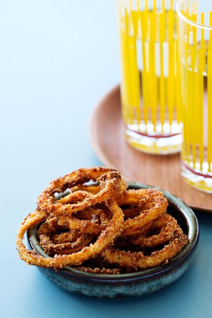 Gör dina egna glutenfria lökringar enkelt i ugnen. Smakar otroligt gott som snacks eller till hamburgaren och annat grillat.