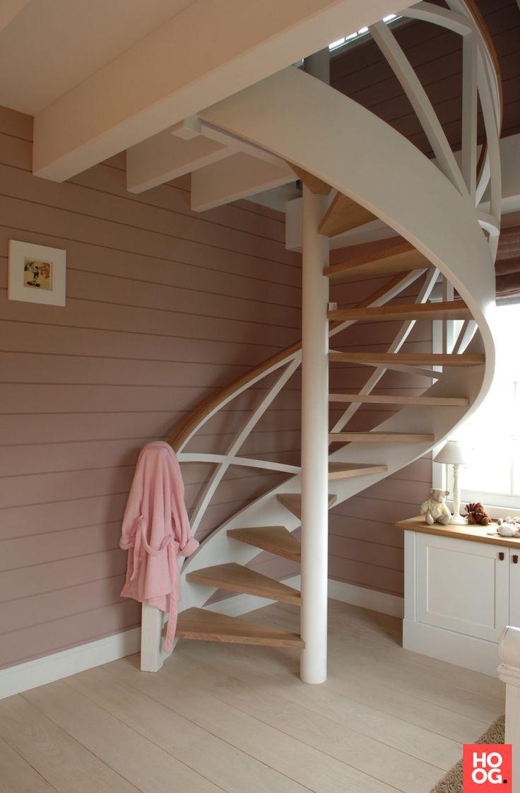 Witte gebogen trap met houten treden | hal inrichting | interieur inspiratie | hallway ideas | Hoog.design