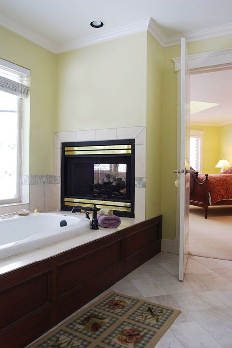 Потрясающий двухсторонний камин. Он не очень большой, но его тепла вполне достаточно, чтобы обогреть спальню и ванную комнату.