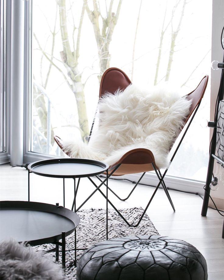Original B.K.F. Hardoy chair with light cream natural sheepskin.