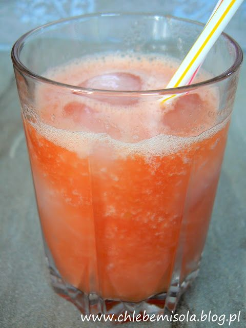 Smoothie z mango i  arbuza z sokiem pomarańczowym i limonką   chlebem i solą