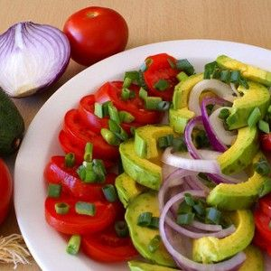 Салат из помидоров, авокадо и красного лука