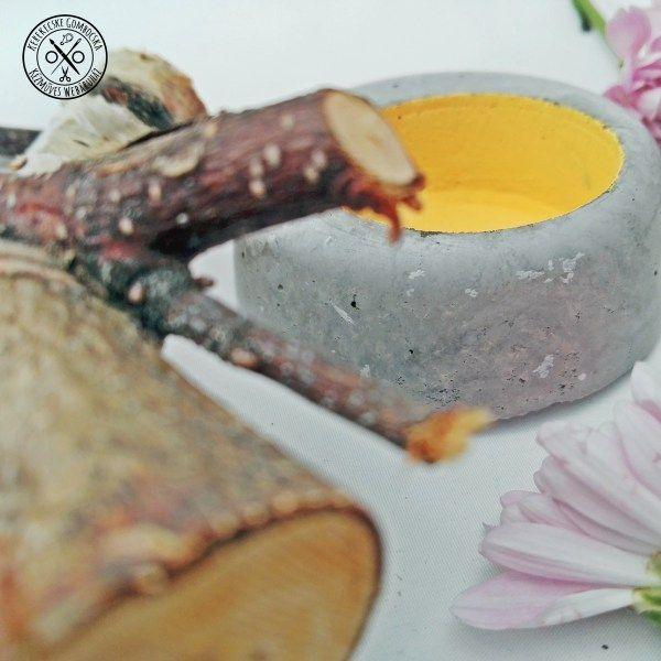 Betontárgy tojáshéj festéssel - 3190 Ft  Betonból öntött, apró dekorációs tárgy tojáshéjszínűre festett mélyedéssel, melyben kisebb tárgyakat (gyűrű, potpourri, toboz) helyezhetsz el, de önmagában is mutatós. A tárgy méretei: átmérője: 6 cm, a mélyedés átmérője: 3, 8 cm, mélysége: 1,5 cm